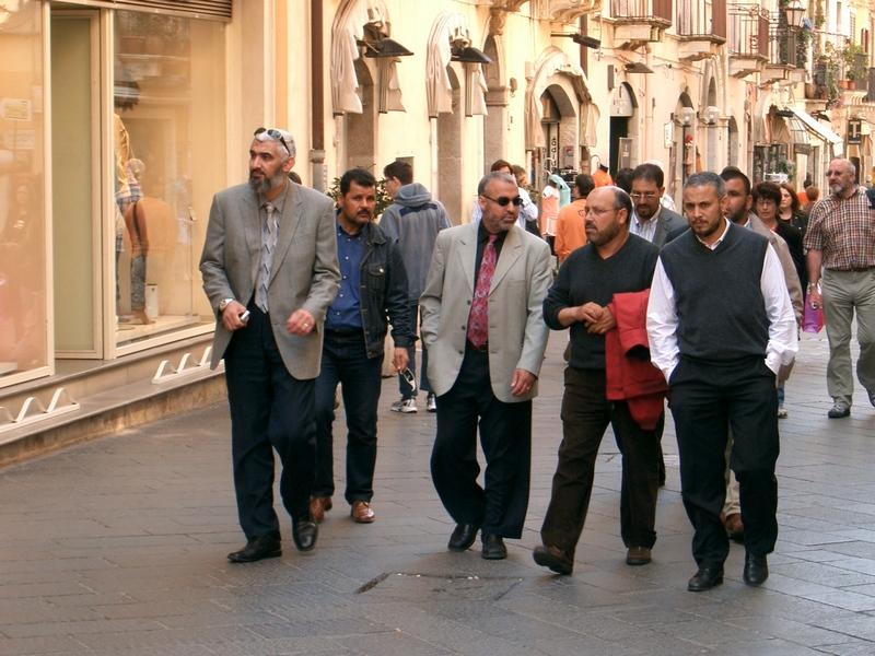 صورة نادرة للمؤرخ الإسلامي راغب السرجاني يسير في إيطاليا