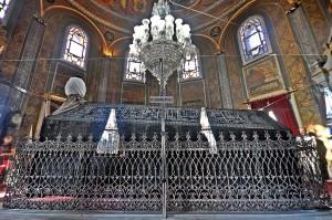 ضريح السلطان محمد الفاتح في حديقة مسجده الشهير في إسطنبـول