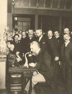 Alexander_Graham - ألكسندر جراهام بيل يستخدم الهاتف في نيويورك للاتصال بشيكاغو (1892).
