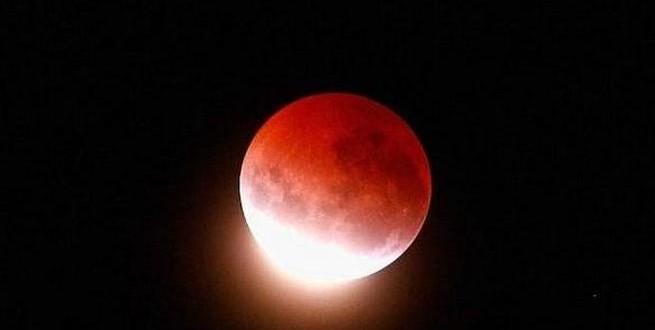 ظاهرة نادرة | القمر الدامي يظهر بوضوح في السماء