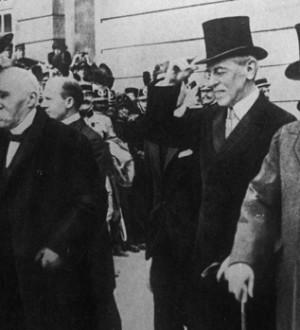 الثلاثة الكبار في مؤتمر فرساي. من يمين الصورة ..ديفيد لويد جورج رئيس الوزراء البريطاني ثم الرئيس الأميركي وودرو ويلسون ثم جورج كليمنصو رئيس الوزراء الفرنسي