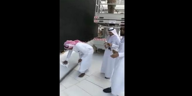 بالفيديو| غسل الكعبة من آثار حادثة البنزين