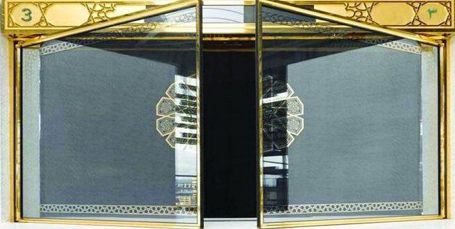 تركيب حلية ذهبية لأبواب الحرم الزجاجية