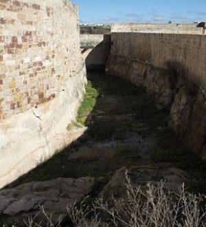 السور والخندق الذي هزم عنده المسلمون