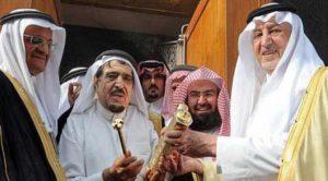 أثناء تسليم قفل الكعبة الجديد للشيخ عبدالقادر الشيبي من أمير منطقة مكة خالد الفيصل