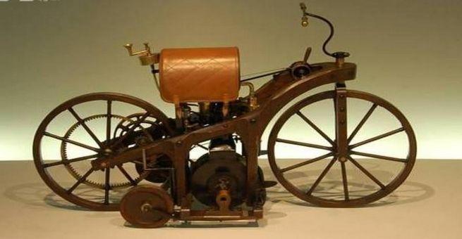 أول دراجة نارية في التاريخ