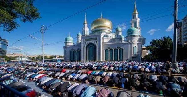 بالفيديو | مسلمو موسكو يؤدون صلاة عيد الفطر المبارك
