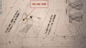 """خريطة معلّقة على جدار في محطة """"داون ستريت"""" تظهر تصميم الملجأ"""