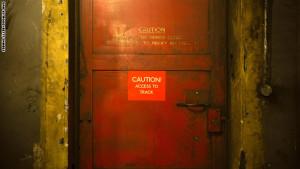 وهنا باب يفصل بين النفق والسكك الحديدية في المجطة الواقعة تحت الأرض
