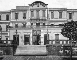 فندق جراند أوتيل (الفندق الكبير) بني عام ١٨٨٨، الذي تحول إلي مدرسة حلوان الثانوية للبنات الآن